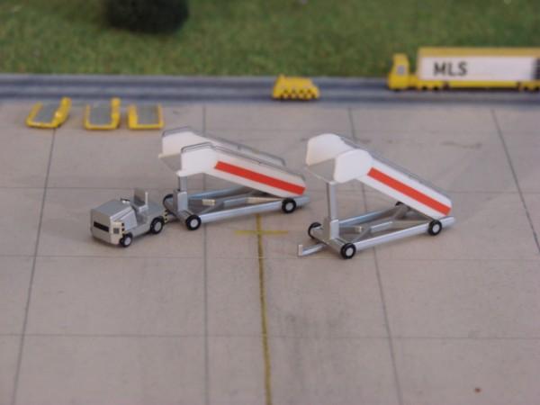 Scenix - Fluggasttreppen mit Schlepper